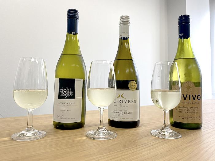 3本のワインとグラス