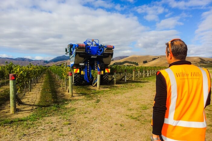 ワイン畑のシェイキングマシーン