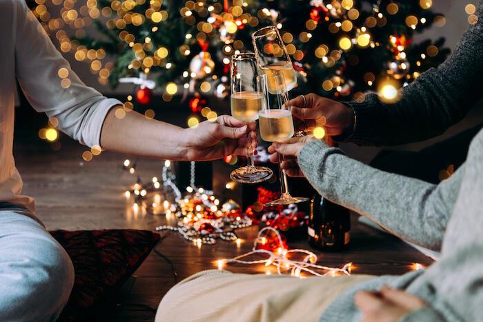 ツリーの前で乾杯(クリスマス)