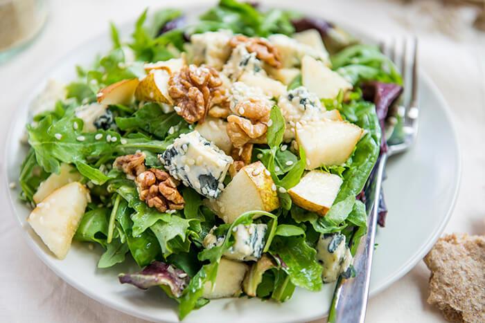 ブルーチーズと梨とクルミのグリーンサラダ